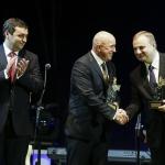 Prezes Zarządu Jatex Finanse S.A. odbierający nagrodę Prezydenta Bytomia za 20-lecie działalności firmy.